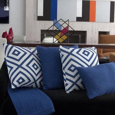 almofada de trico azul combinando com sofa