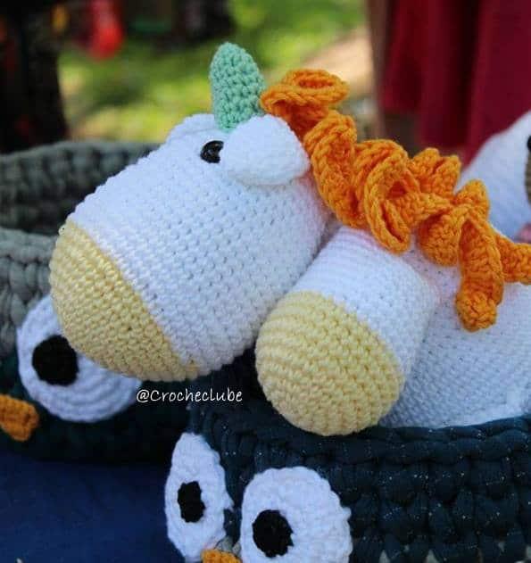 Unicornio de croche com linha amigurumi
